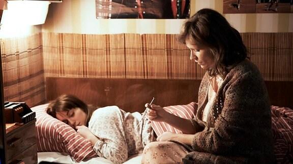 Annas Mutter Irena (Anna Geislerová, r.) spritzt ihrer Tochter Anna (Judit Bárdos) heimlich ein Dopingmittel.