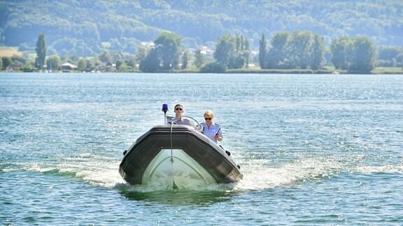 Nele (Floriane Daniel, r.) und Pirmin Spitznagel (Simon Werdelis, l.) auf einem Boot im See.