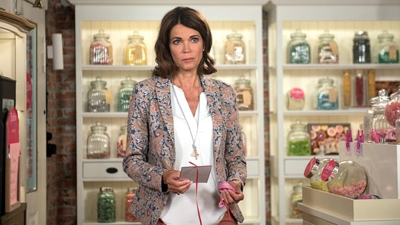 Hilli (Gerit Kling) ist wider Willen berührt, als sie Franks Wunsch an Irene liest.