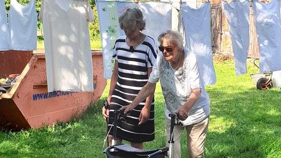 Leonore Pengel ist 91 Jahre alt und lebt in Schernikau, ein kleines Seelendorf in der Altmark. Als ihr Mann verstarb, zog ihre Tochter zu ihr, damit sie in ihrem Familienhaus bleiben kann.