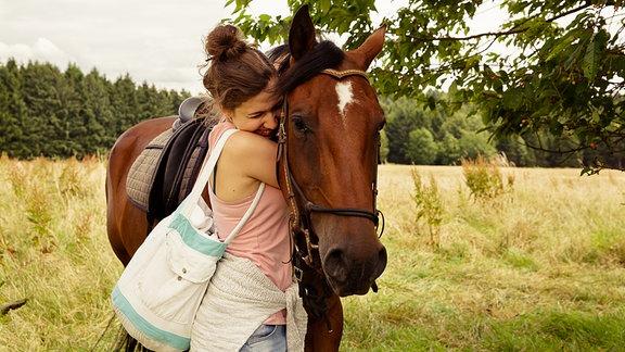 Jenny (Amina Merai, links)umarmt  ihr Pferd Leonis (rechts).
