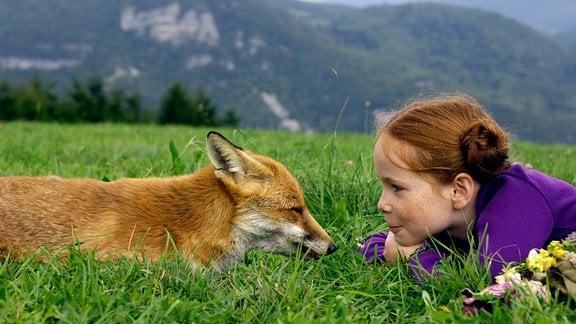 Lila (Bertille Noël-Bruneau) und de Fuchs blicken sich in die Augen