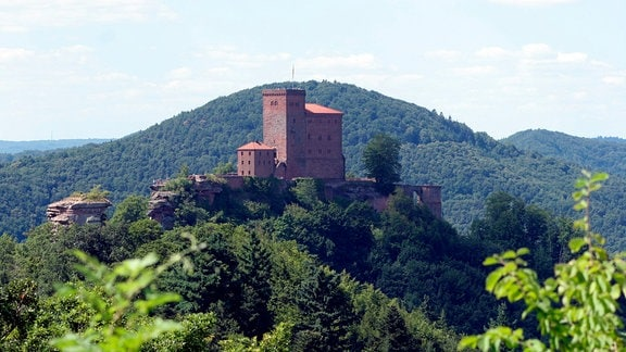 Die Burg Trifels im Pfälzerwald. Sie thront auf dem fast 500 Meter hohen Sonnenberg, einem dreifach gespaltenen Buntsandsteinfelsen.