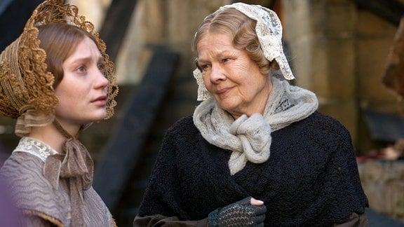 Mrs. Fairfax (Judi Dench, rechts) und Eyre (Mia Wasikowska)