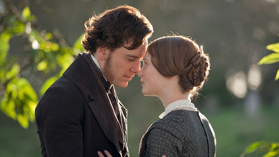 Jane Eyre (Mia Wasikowska) mit Edward Rochester (Michael Fassbender) - sie stehen sich gegenüber.