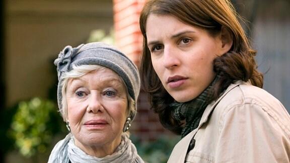 Esther (Elena Uhlig, re.) und Astrid Schmitz (Maria Sebaldt) blicken in Richtung Kamnera.