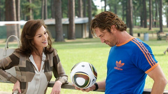 Denise (Catherina Zeta-Jones) lächeltt George Dryer (Gerard Butler) an.