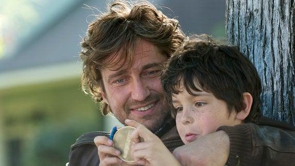 George Dryer (Gerard Butler) umarmt seinen Sohn Lewis (Noah Lomax, re.).
