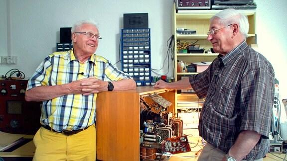 Franz Korsch (links), ehemaliger Betriebsdirektor in Staßfurt. Heute leitet er ein kleines RFT-Museum in Staßfurt und repariert mit seinem Team alte Fernsehgeräte