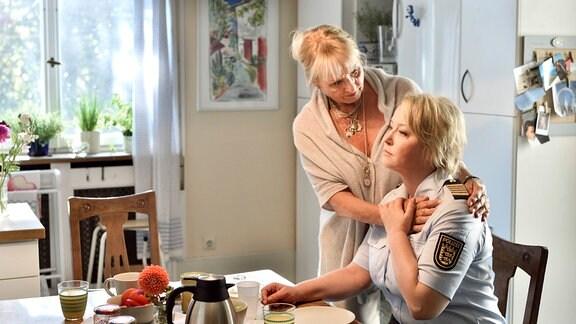 Ob Mechthild (Diana Körner, l.) ihrer Tochter Nele (Floriane Daniel, r.) dabei helfen kann, eine Entscheidung in Sachen Hauptmann Aubry zu treffen?