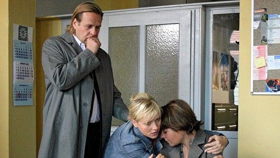 Sabine Breitmeier (Julia Schmidt) hat ihre Tochter verloren. Das Ehepaar Ketelhut (Steffen Münster und Dana Golombek) versucht, sie zu trösten.