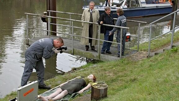 Die Leiche eines jungen Mädchens wurde gefunden. Rosmunde Weigand (Marie Gruber) hat erste Ergebnisse für Schmücke (Jaecki Schwarz) und Schneider (Wolfgang Winkler).