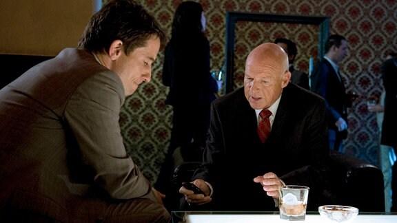 Der Unternehmer Dr. Reumann (Dietrich Hollinderbäumer, re.) redet auf den den Anwalt Siegfried (Oliver Mommsen) ein.