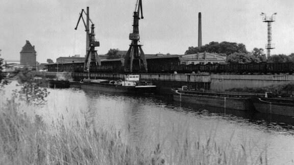 Blick auf  Aken mit dem Hafen, 1969