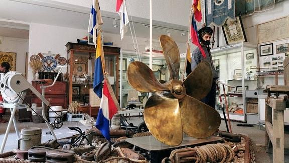 Blick in das Heimatmuseum Aken dmit Gegenständen, die zur Schifffahrttradition der Kleinstadt gehören.