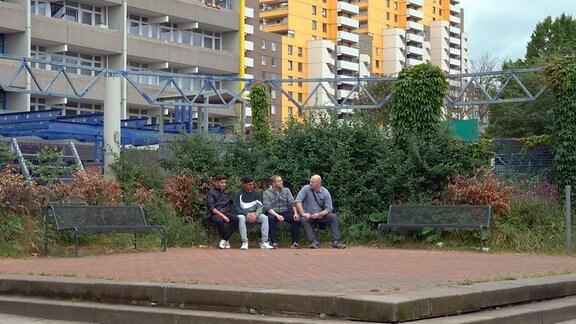 Jugendliche in Köln-Chorweiler, einem Stadteil, in dem die Wahlbeteiligung auf ca 40 Prozent gesunken ist.