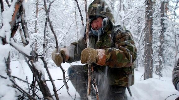 Der letzte Jäger des Dorfes unterwegs in den russischen Wäldern. Auch bei minus 50 Grad geht es auf Schneehuhn-Jagd.