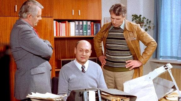 Von links nach.rechts: Oberleutnant Peter Fuchs (Peter Borgelt, stehend), Artuhr Hopfer (Rolf Hoppe, sitzend), Leutnant Büttner (Helmuth Schellhardtstehend).