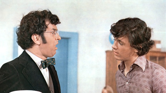 Pepe (Hansi Kraus) treibt mit seiner überheblichen Art den Lehrer Dr. Heidemann (Ernst Hilbich) zur Verzweiflung.