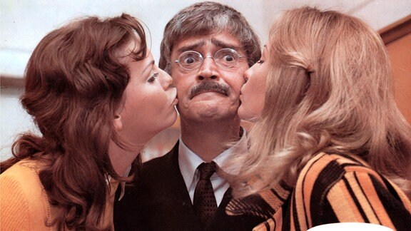Herr Bloch (Hans Terofal) wird vonh zwei Schülerinnen geküsst
