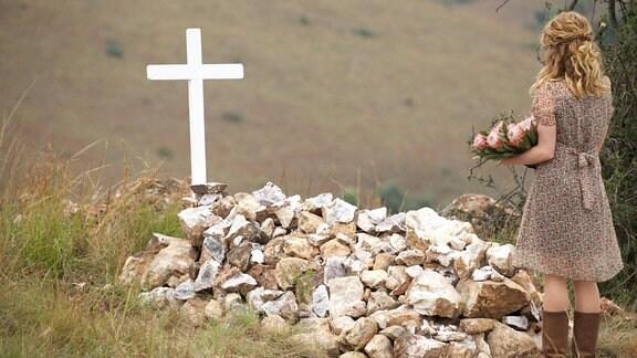Stella (Paula Kalenberg) vor dem Grab ihrer Mutter.