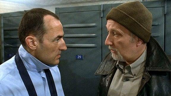 Der abgeklärte Sicherheitsmann Bernard (Francois Berleand) erläutert dem neuen Kollegen Alexandre Demarre (Albert Dupontel), wie die Dinge in der Firma laufen.