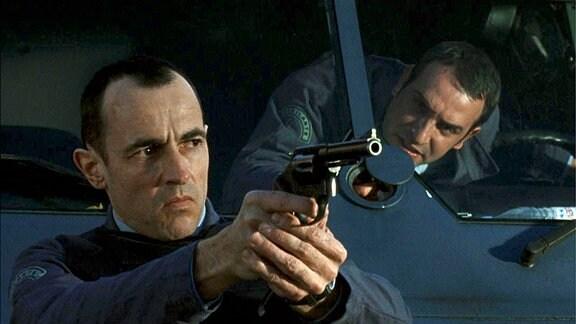 Bei einem Überfall beweist Alexandre Demarre (Albert Dupontel) seinem Kollegen Jacques (Jean Dujardin), dass er sich seiner Haut zu wehren weiß.