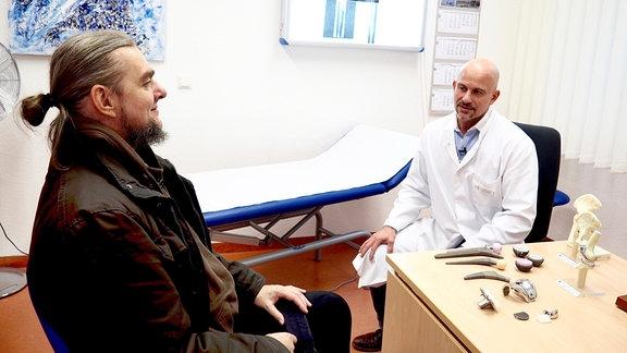 Oliver Waack-Jürgensen stellt seine Hüft-Idee seinem Orthopäden Dr. Peterhansl vor