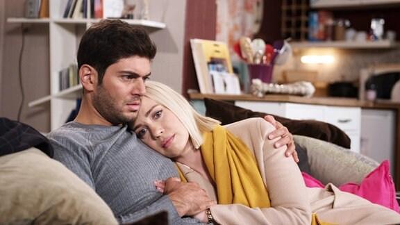 Cem (Varol Sahin, links) ist überrascht, als Amelie (Lara-Isabelle Rentinck, rechts) aufgelöst bei ihm auftaucht und seine Nähe sucht.
