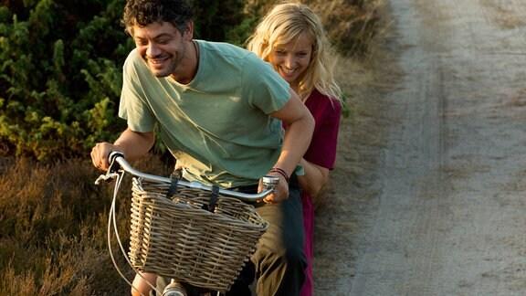 Katja (Nadja Uhl) mit Daniel (Carlo Ljubek) auf dem Fahrrad.