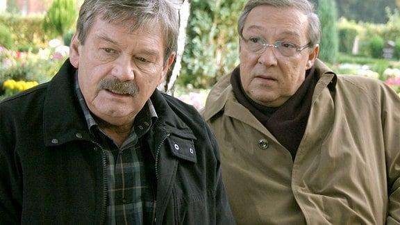 Die Kommissare Schmücke (Jaecki Schwarz) und Schneider (Wolfgang Winkler) nebeneinander.