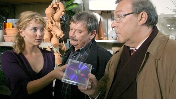 Schmücke (Jaecki Schwarz) und Schneider (Wolfgang Winkler) erwischen Sandra Geissler (Luise Bähr) mit einer CD, auf der sich belastendes Material findet.