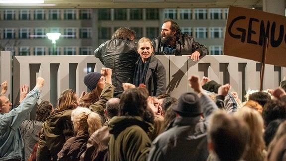 Demonstranten stürmen die Stasizentrale, auch Vera (Anna Loos, M.) ist unter ihnen.