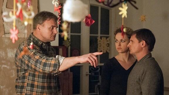 Rainer Simkow (Oliver Breite, links) wirft Martin (Florian Lukas, rechts) und Katja (Lisa Wagner, Mitte) aus dem Haus.
