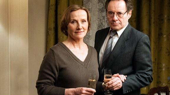 Marlene (Ruth Reinecke, links) und Hans (Uwe Kockisch, rechts).