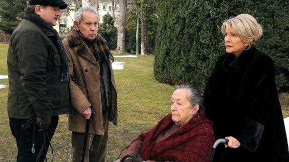 Im Seniorenheim kümmert schiebt Agnes Wieland (Christiane Hörbiger) ihre Mutter Rosa Fischmeister (Maria Urban, 2.v. rechts), im Roillstuhl.Kurt Wagner (Erwin Steinhauer) und seine Vater Viktor Wagner (Otto Tausig, 2.v. links) - mit Stock - stehen vor ihnen..