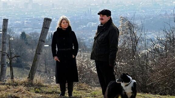Agnes Wieland (Christiane Hörbiger) und Kurt Wagner (Erwin Steinhauer) mit Hund bei einem gemeinsamen Spaziergang auf einem Berg.