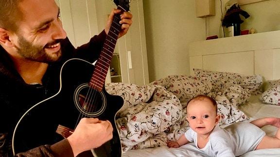Andrea (mit Gitarre, links) mit seiner Tochter Giulia (rchts), ein Säugling.