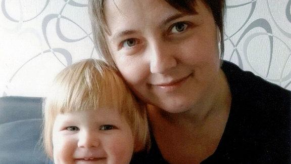 Gabi mit ihrer kleinen Tochter Lena.