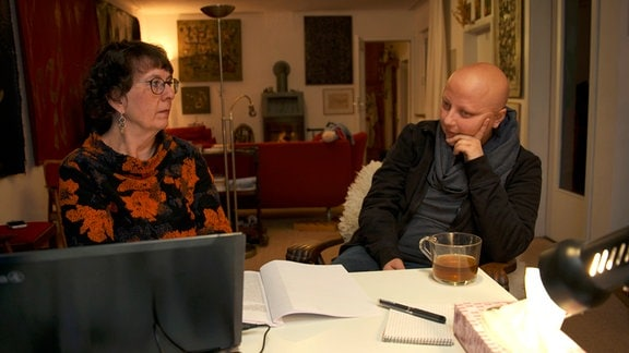 Gabi (r) und Judith hören die erste Version ihres Hörbuchs an.