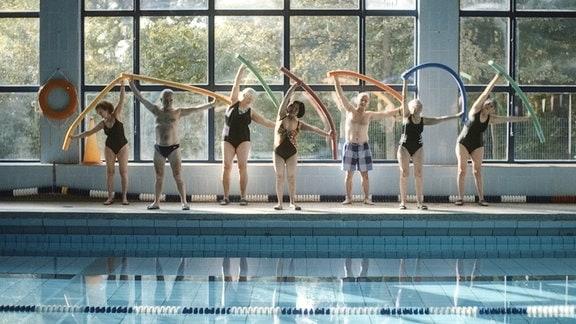 Gemeinsam gehen die Nichtschwimmer die vor ihnen liegende Aufgabe mit Unsicherheit aber auch Freude und Humor an.