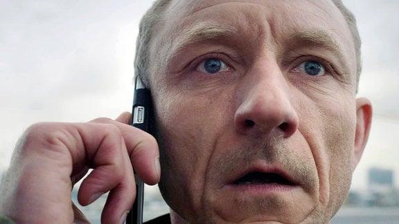 Bodo (Michael Schenk) will sich von einem Hochhausdach stürzen.
