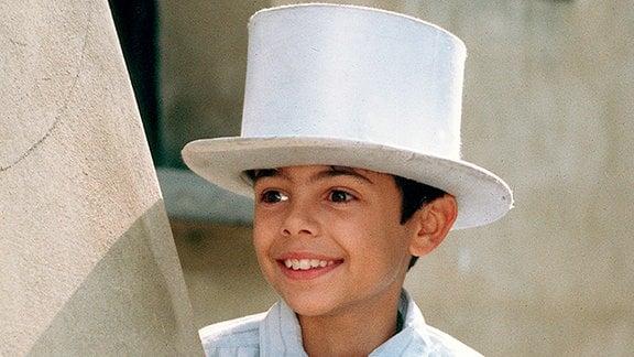 Kuba (Gregorz Ruda) versucht mit Zauberkunststückchen Geld zu verdienen, um seine Mutter zu unterstützen.