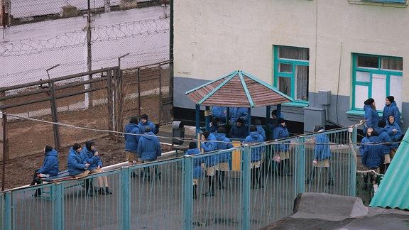 Im Gefängnishof. Auch das Fehlen der Privatsphäre gehört zur Bestrafung. Die Gefangenen sind nie allein, auch nicht auf einem Spaziergang.