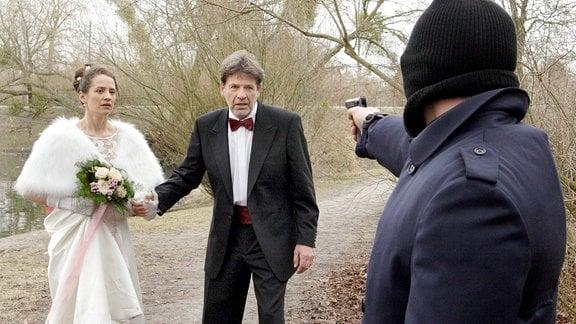 Das frisch vermählte Ehepaar Granzkow (Regula Grauwiller und Hanss-Michael Schmidt) ist dem Täter hilflos ausgeliefert.