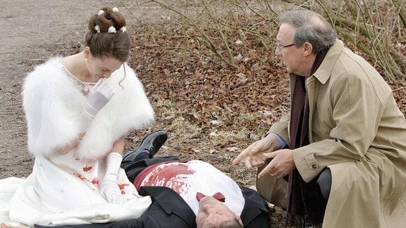 Hauptkommissar Schmücke (Jaecki Schwarz) mit Andrea Granzkow (Regula Grauwiller) an der Leiche ihres frisch angetrauten Ehemannes.