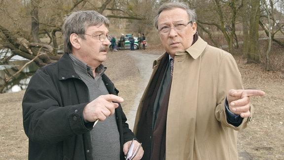 Die Hauptkommissare Schmücke (Jaecki Schwarz) und Schneider (Wolfgang Winkler) scheinen sich über die weitere Vorgehensweise nicht ganz einig zu sein.