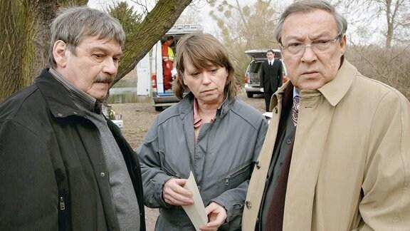 Die Hauptkommissare Schmücke (Jaecki Schwarz) und Schneider (Wolfgang Winkler) erfahren von ihrer Kollegin Weigand (Marie Gruber), dass das Mordopfer gerade geheiratet hatte.