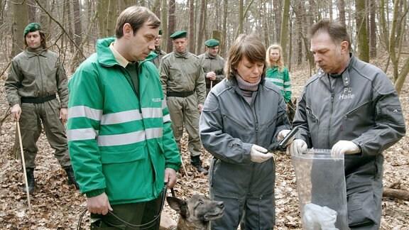 Fund! Rosamunde Weigand (Marie Gruber) und ihre Kollegen haben die Tatwaffe gefunden.