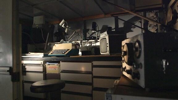 Inneres eines  Kleintransporter mit Abhörtechnik aus.
